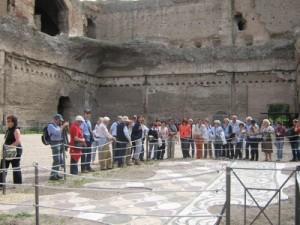 Osservando un prezioso mosaico alle Terme di Caracalla